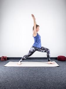 yoga-bei-knieschmerzen-stabilisation-virabhadrasana-krieger