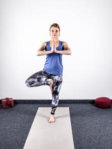 yoga-bei-knieschmerzen-stabilisationsuebung-der-baum