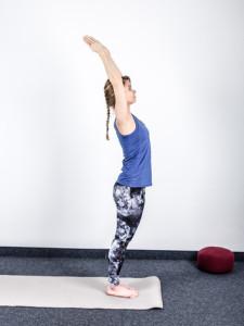 yoga-sonnengruss-erlernen-hasta-utthanasana-gestreckter Stand