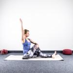 yoga-und-joggen-sonnengruss-drehsitz-arm-gestreckt