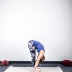 yoga-und-joggen-sonnengruss-tiefe-vorbeuge