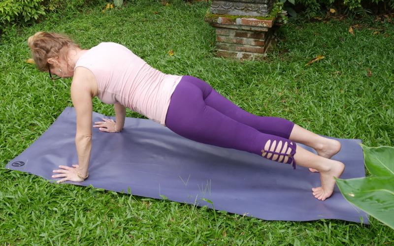 Rückenschmerzen Lendenwirbel – 2x4 effektive Yoga Übungen - Yoga Body